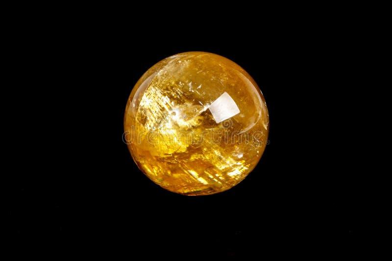 Orb för Calcite för makromineralsten på en svart bakgrundsnärbild royaltyfria foton