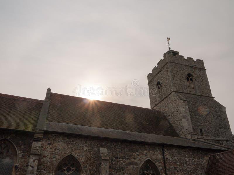 Orb för ljus för solstrålilsken blick överst av kyrklig takhimmel arkivbild