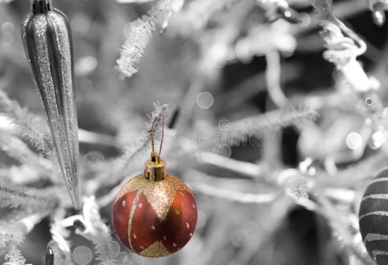 Orbe rojo de la Navidad imagen de archivo