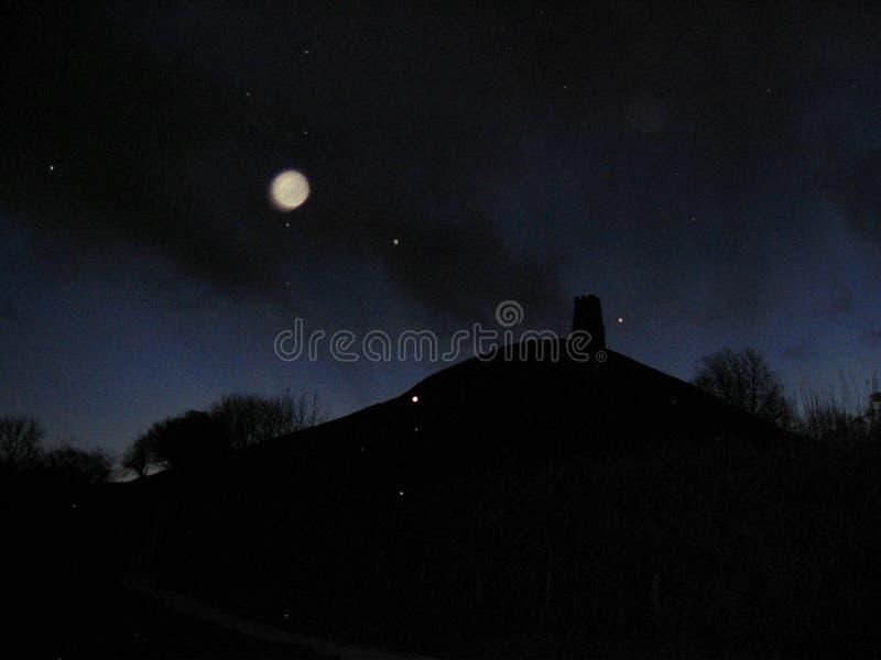 Orbes y nieve sobre el Tor de Glastonbury en la noche imágenes de archivo libres de regalías