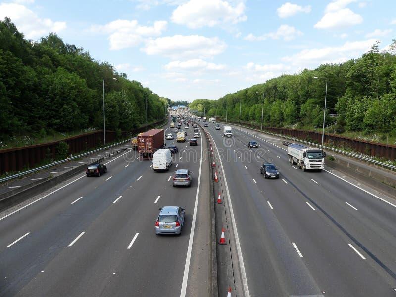 Orbital Motorway f?r M25 London n?ra f?reningspunkt 17 i Hertfordshire, UK royaltyfria bilder