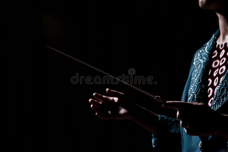 Orchesterführer übergibt Frau stockbild