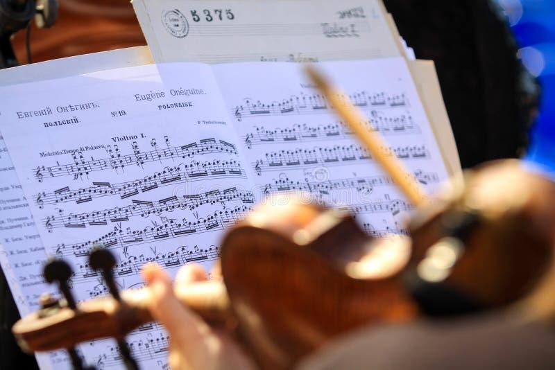 Orchesterwiederholungsviolinist des Symphonie orchestr stockfotografie