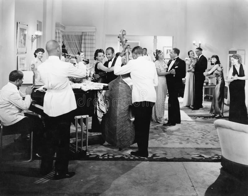 Orchestra che gioca e ballare delle coppie (tutte le persone rappresentate non sono vivente più lungo e nessuna proprietà esiste  immagini stock libere da diritti