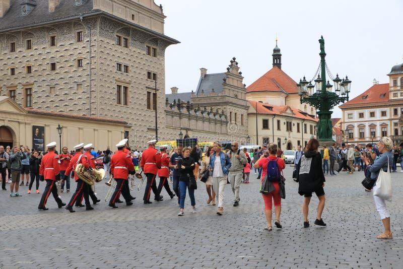 Orchestra dei musicisti nella marcia uniforme di rosso sul quadrato a Praga fotografie stock libere da diritti