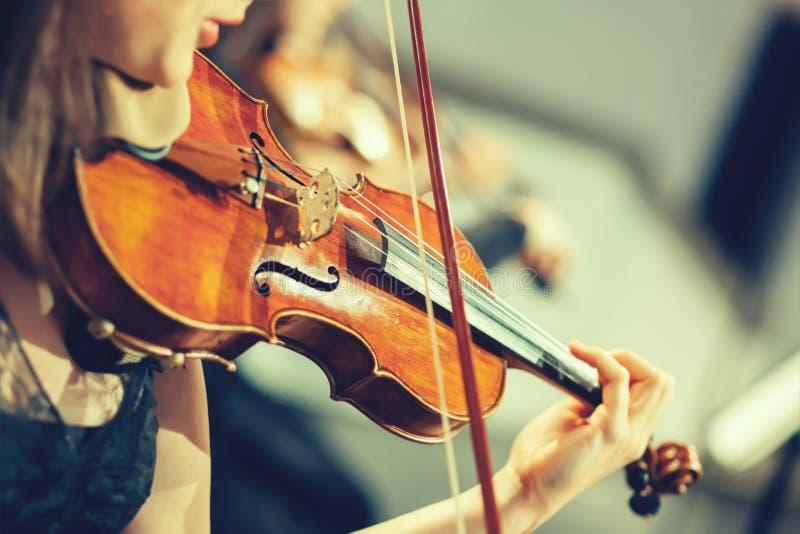 Orchestra sinfonica in scena immagine stock libera da diritti