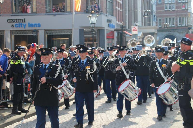 Orchestre de soldats pendant le défilé de jour de prince à la Haye image stock