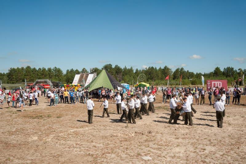 Orchestre militaire jouant sur le programme d'exposition Tyumen photos stock