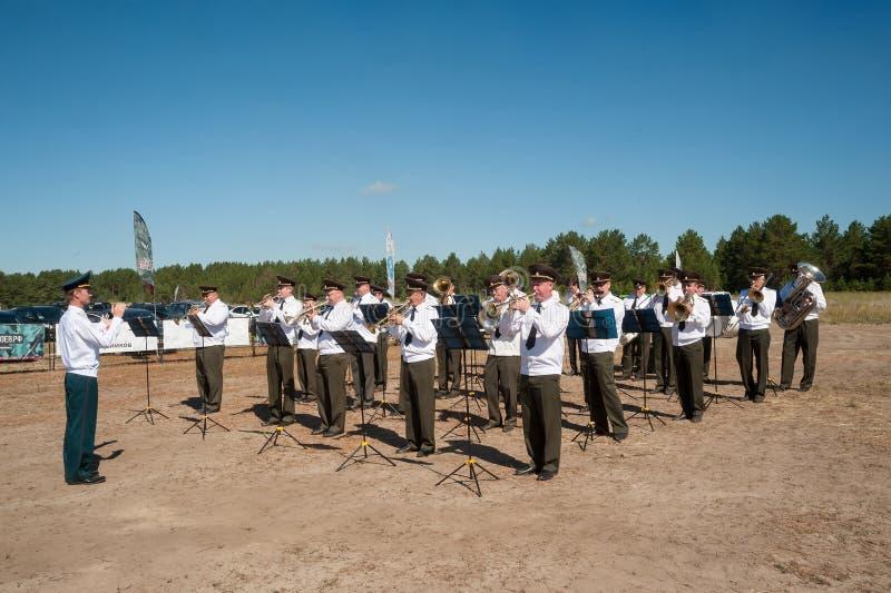 Orchestre militaire jouant sur le programme d'exposition Tyumen images stock