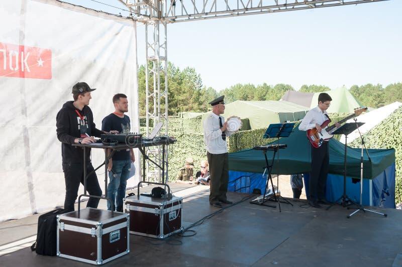 Orchestre militaire jouant sur le programme d'exposition Tyumen photo stock
