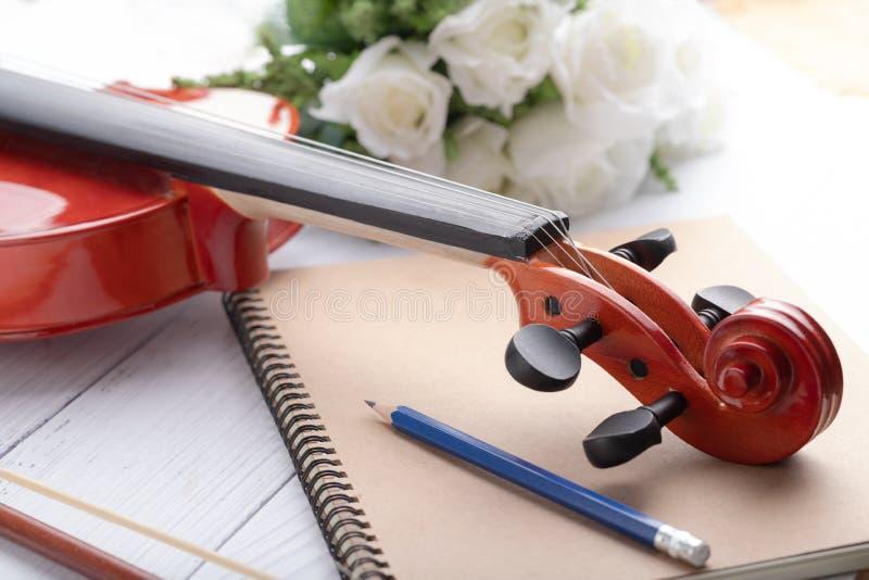 Orchestre tiré en gros plan de poupée de violon instrumental au-dessus de la profondeur de foyer choisi en bois blanc de fond du  image libre de droits