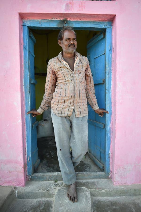 Orchha, Índia, o 28 de novembro de 2017: Homem orgulhoso que senta-se na porta fotos de stock royalty free