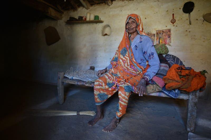 Orchha, Índia, o 28 de novembro de 2017: Mulher adulta que senta-se em sua cama imagens de stock