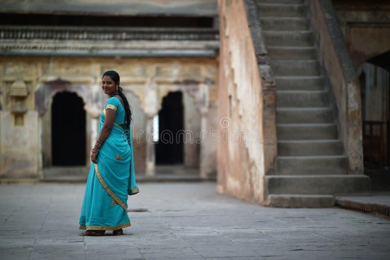 Orchha, Índia, o 28 de novembro de 2017: Vestir indiano da beleza tradicional imagem de stock royalty free