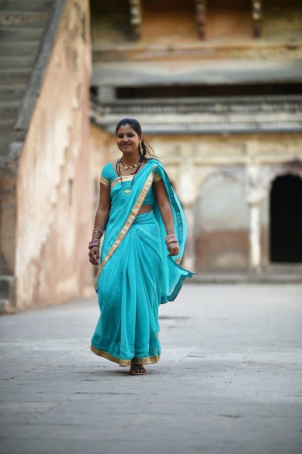 Orchha, Índia, o 28 de novembro de 2017: Vestir indiano da beleza tradicional imagens de stock