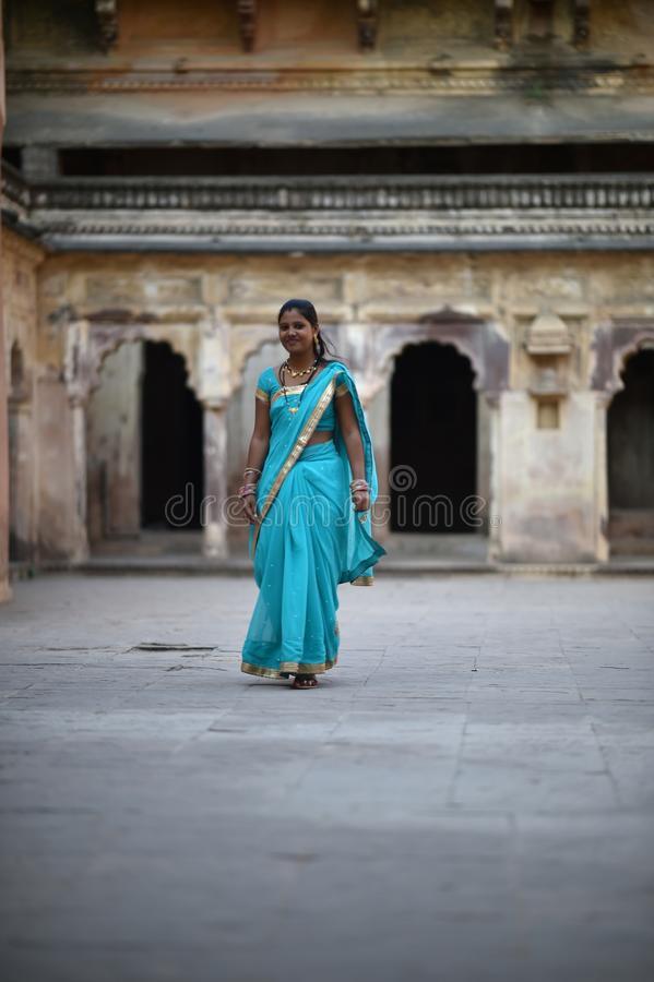 Orchha, Índia, o 28 de novembro de 2017: Vestir indiano da beleza tradicional imagens de stock royalty free