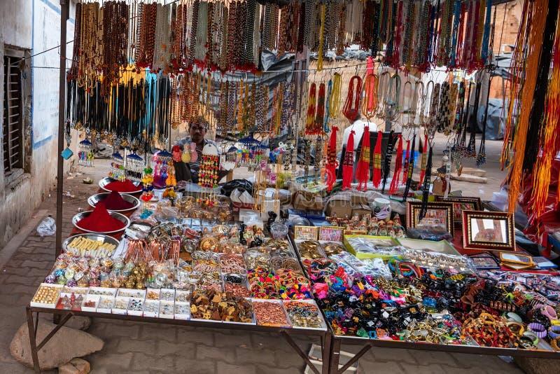 ORCHHA INDIEN - CIRCA NOVEMBER 2017: Souvenirförsäljare i indisk gata arkivfoto