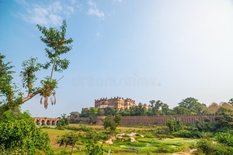 Orchha pałac, słoneczny dzień, niebieskie niebo, zieleń krajobraz i kultywujący pola, wokoło Także przeliterowany Orcha, sławny p fotografia royalty free