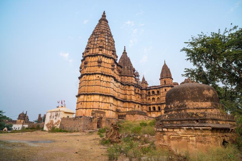 Orchha pejzaż miejski, hinduska Chaturbhuj świątynia Także przeliterowany Orcha, sławny podróży miejsce przeznaczenia w Madhya Pr obrazy royalty free