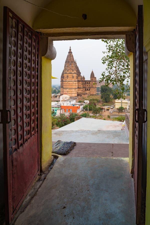 Orchha pejzaż miejski, hinduska Chaturbhuj świątynia Także przeliterowany Orcha, sławny podróży miejsce przeznaczenia w Madhya Pr zdjęcia stock