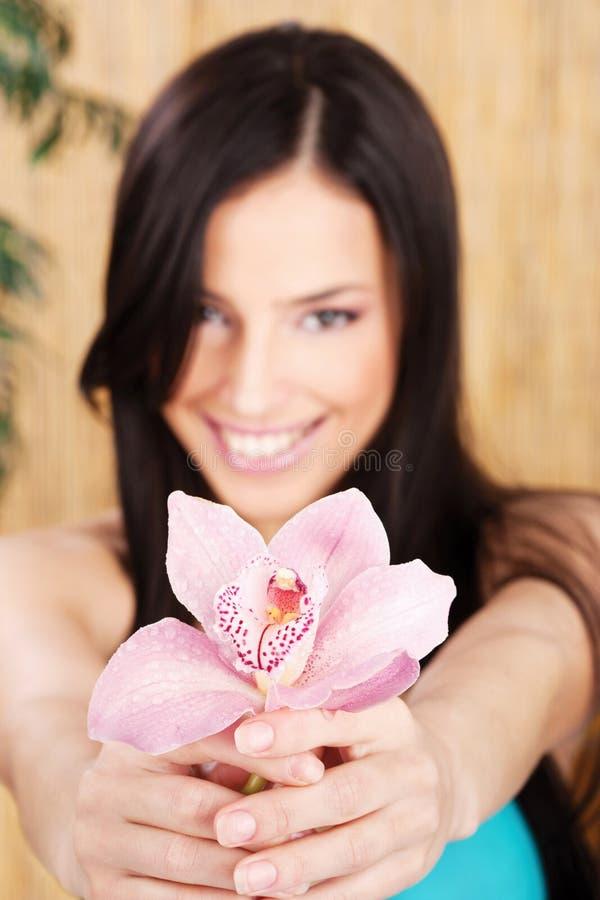 Orchidée rose de fixation heureuse de femme photo libre de droits