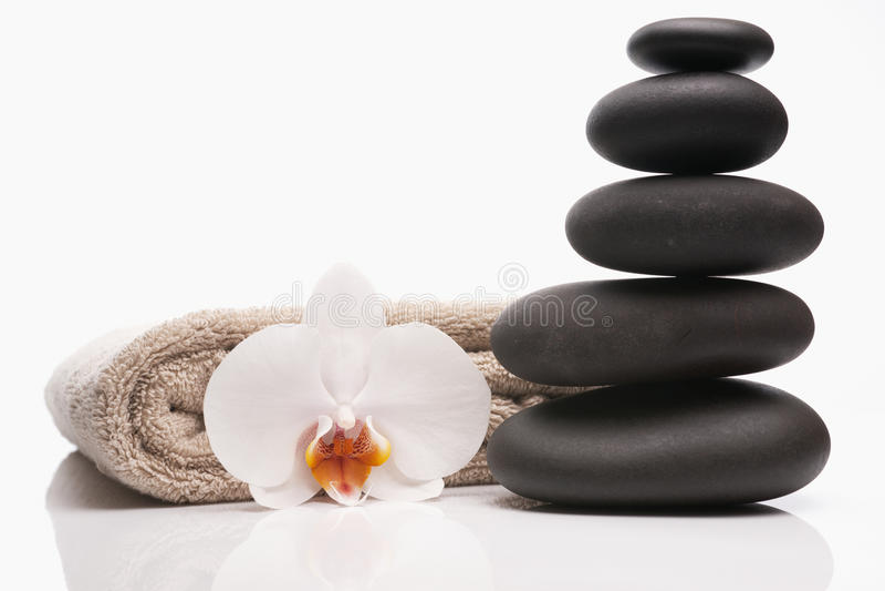 orchid spa πετσέτα πετρών στοκ εικόνες με δικαίωμα ελεύθερης χρήσης