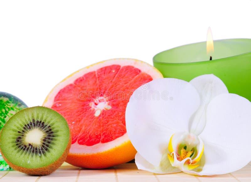 Orchidea del Kiwi di verde della candela di Wellness fotografia stock libera da diritti