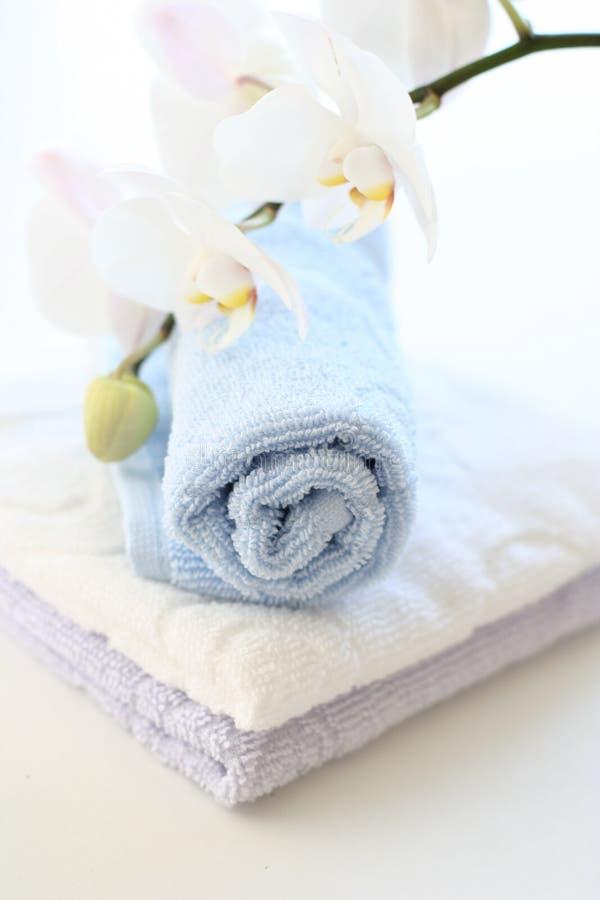 Orchidee en handdoeken stock afbeelding