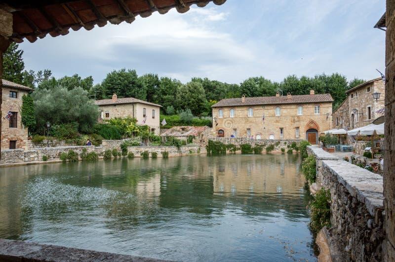 ` Orcia de San Quirico d, Toscânia, Itália/24 de julho de 2016/vista cênico da vila medieval de Bagno Vignoni foto de stock royalty free