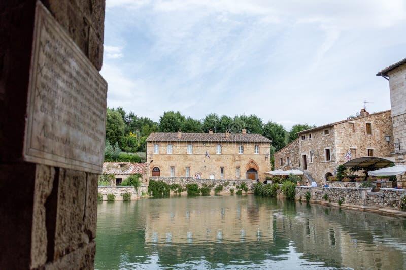` Orcia de San Quirico d, Toscânia, Itália/24 de julho de 2016/vista cênico da vila medieval de Bagno Vignoni foto de stock