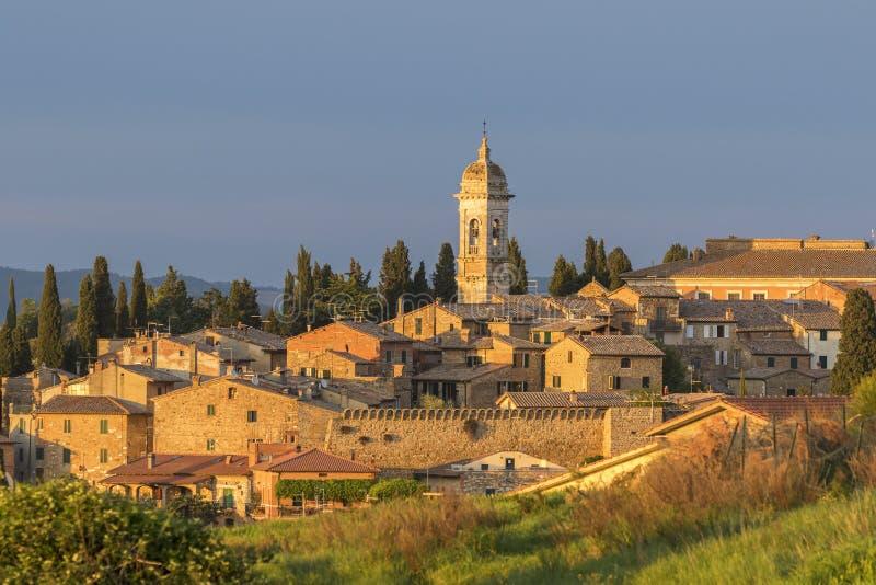 ` Orcia de San Quirico d uma vila italiana foto de stock