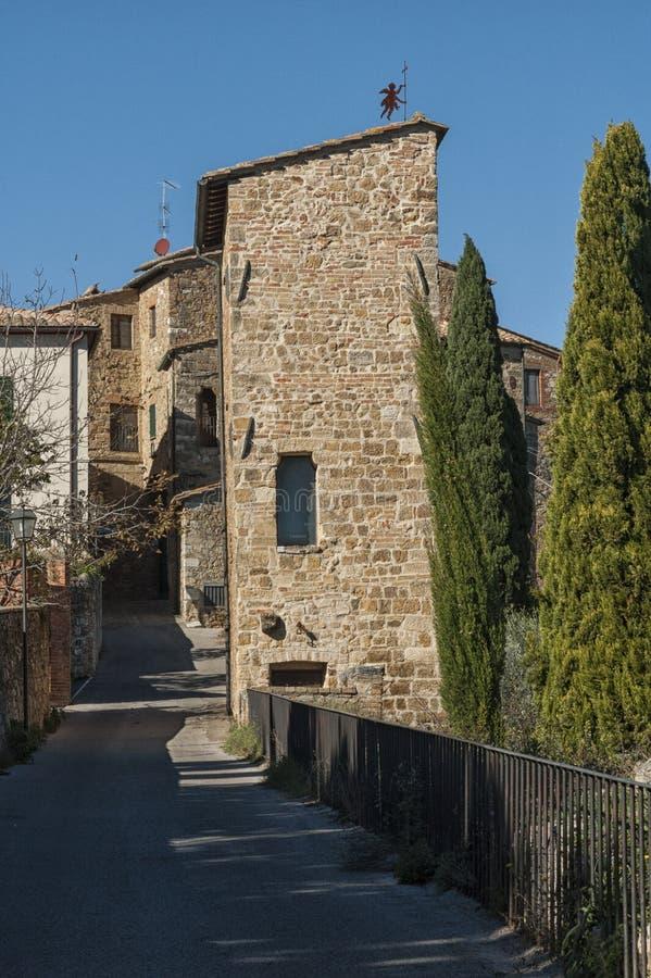 ` ORCIA, ITALIE de San QUIRICO D - 30 octobre 2016 - rue étroite avec du charme dans la ville du ` Orcia de San Quirico d photo stock