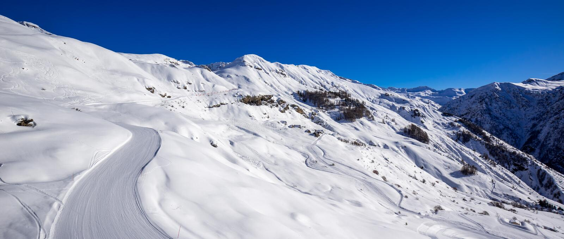 Orcieres-Merlette滑雪胜地倾斜的全景在冬天 上阿尔卑斯省, Champsaur,阿尔卑斯,法郎 免版税库存图片