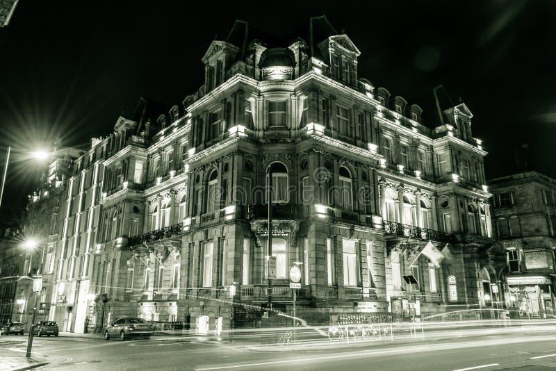 orczyca Hilton hotelem & zdrój nocy fasadą obraz stock