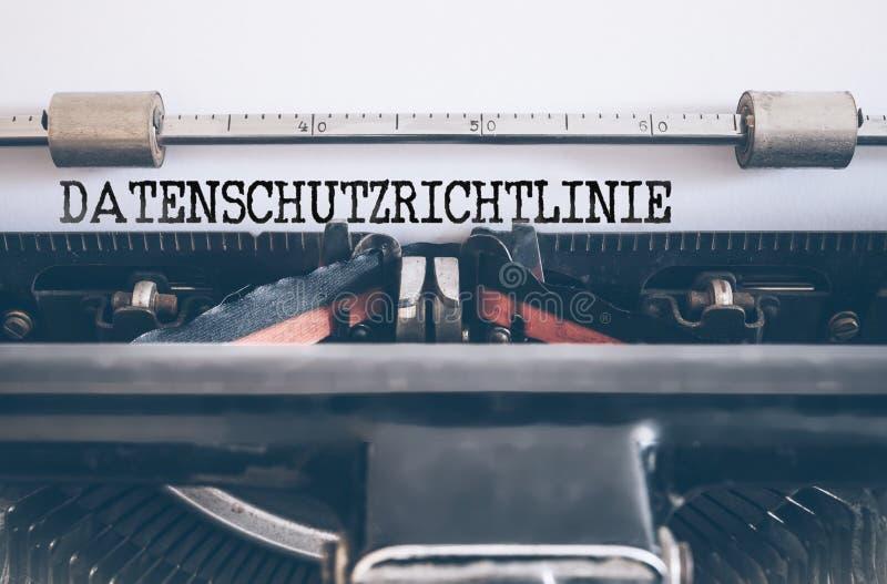 Ord DATENSCHUTZRICHTLINIE som är skriftligt på den manuella skrivmaskinen för tappning arkivfoton