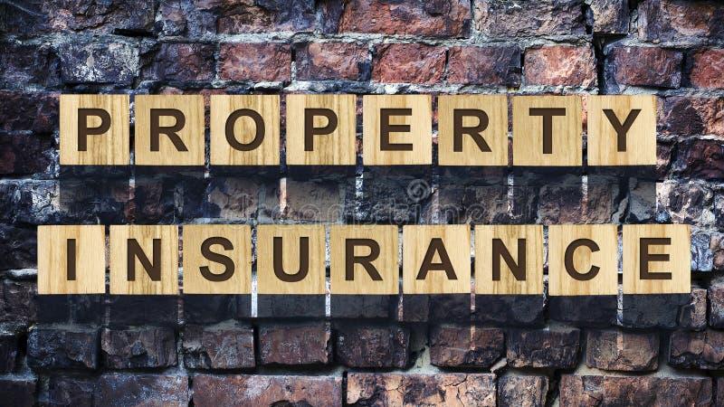 Ord egenskapsförsäkring som består av bokstäver på träkonstruktionskuber mot bakgrunden av en gammal tappning royaltyfria foton