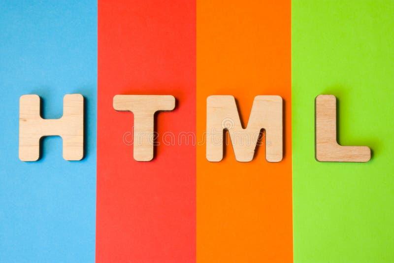 Ord- eller förkortningsHTML, menande HyperTextvinstspråk som internet som programmerar språk, är på bakgrund av fyra färger: bl royaltyfri bild