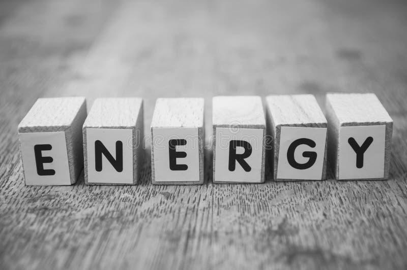 Ord på träkuben på träskrivbordbakgrundsbegreppet - energi royaltyfri foto