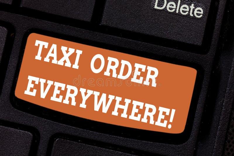 Ord som överallt skriver texttaxibeställning Affärsidé för att den hyrda taxin ska bära passageraren till dess beteckningstangent arkivfoto