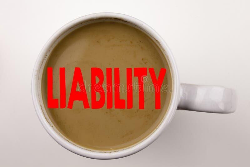 Ord som skriver ansvarstext i kaffe i kopp Affärsidé för laglig klanderrisk för ansvarighet på vit bakgrund med kopian arkivfoton