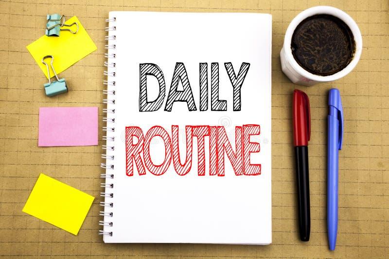 Ord som skriver daglig rutin Affärsidé för den vanliga livsstilen som är skriftlig på bakgrund för notepadanmärkningspapper med u royaltyfri fotografi