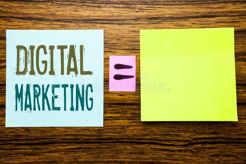 Ord som skriver den Digital marknadsföringen Affärsidé för affärsstrategi som är skriftlig på klibbigt anmärkningspapper på träba arkivbilder