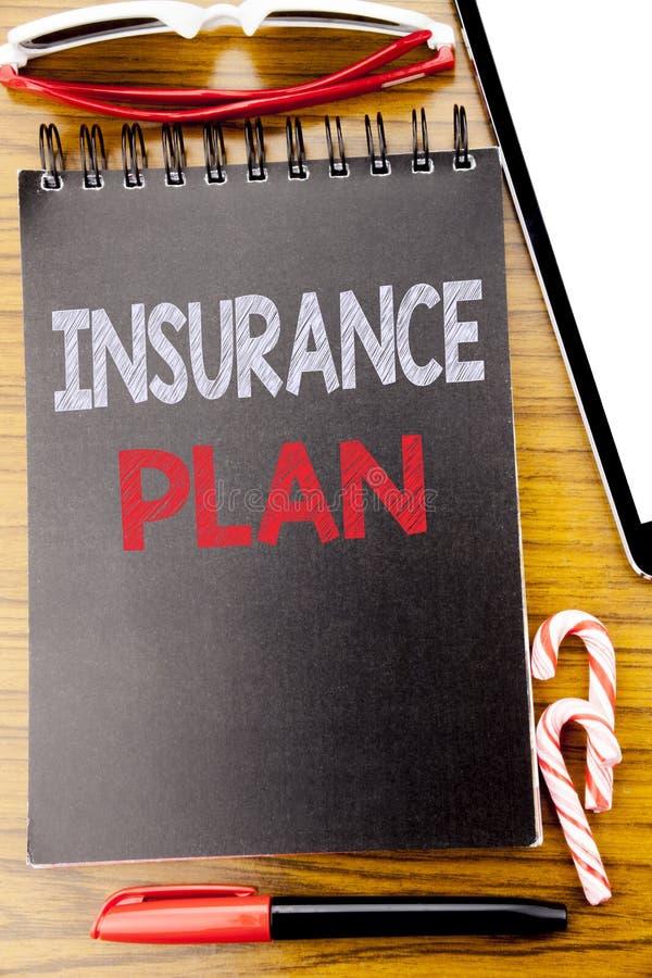 Ord som skriver försäkringplan Affärsidé för vård- liv försäkrat skriftligt på anteckningsbokboken, träbakgrund med klibbigt royaltyfria foton