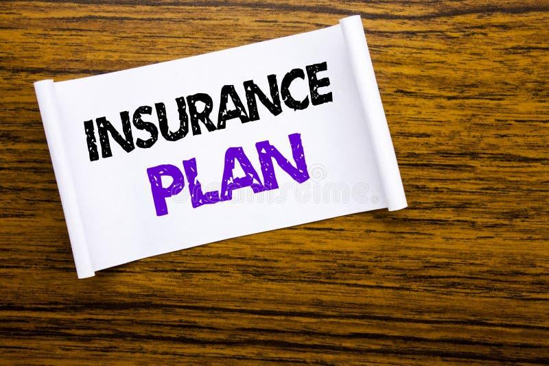 Ord som skriver försäkringplan Affärsidé för vård- liv försäkrat skriftligt på klibbigt anmärkningspapper på den träwood struktur royaltyfri foto