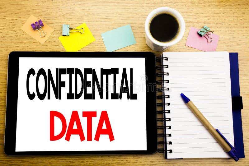 Ord som skriver förtroliga data Affärsidé för hemligt skydd som är skriftligt på minnestavlabärbara datorn, träbakgrund med klibb royaltyfria foton