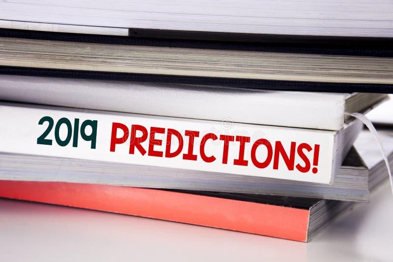 Ord som skriver 2019 förutsägelser Affärsidé för Predictive skriftligt för prognos på boken på den vita bakgrunden arkivfoto