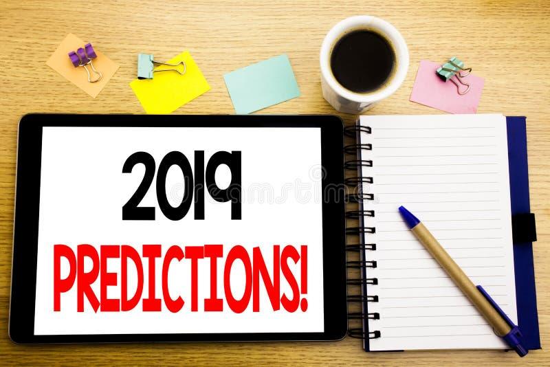 Ord som skriver 2019 förutsägelser Affärsidé för Predictive skriftligt för prognos på minnestavlabärbara datorn, träbakgrund med  arkivbild