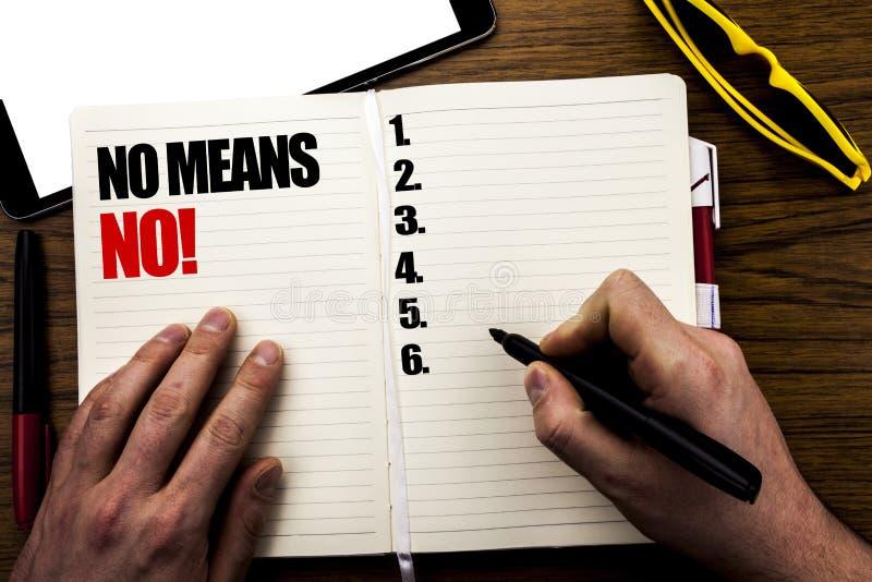 Ord som skriver inget inget hjälpmedel Affärsidéen för det anti-stoppet våldtar slogan som är skriftlig på boken, träbakgrund med fotografering för bildbyråer