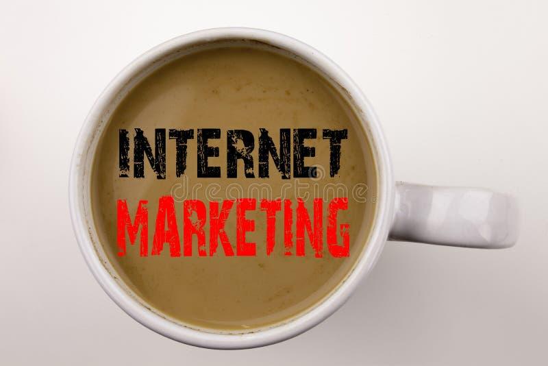 Ord som skriver internetmarknadsföringstext i kaffe i kopp Affärsidé för teknologistrategidesign på vit bakgrund med c royaltyfria bilder