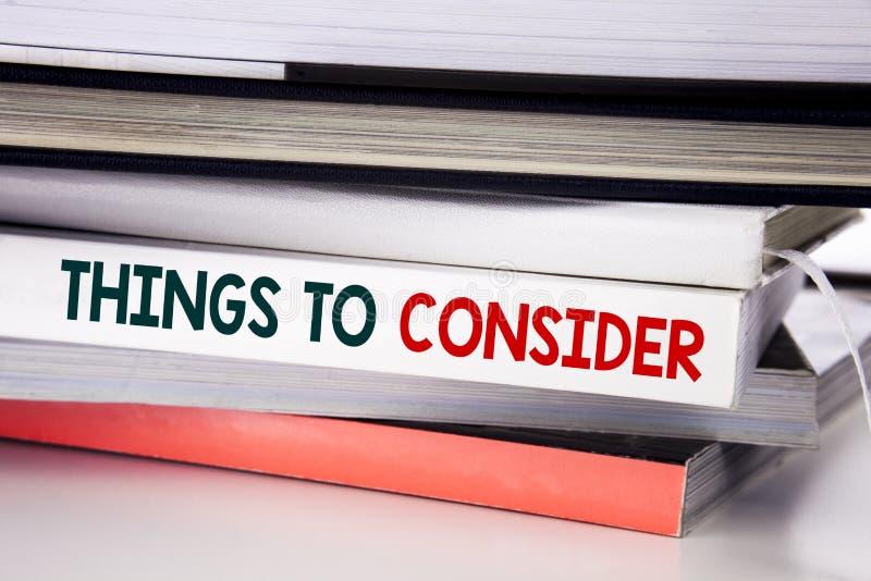 Ord som skriver saker för att betrakta Affärsidé för affärskunskap som är skriftlig på boken på den vita bakgrunden royaltyfria bilder